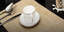 顾客用餐时的花瓶摆放、餐桌台布等