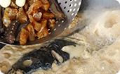 葱姜蒜炝锅,炒制汤料,根据鱼头重量按比例放入秘制调料,加入纯净水煮开