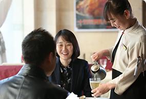 为员工解决住宿问题,提供健康营养的员工餐